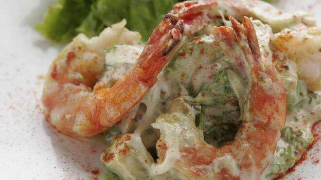 REGALO - 料理写真:女性に人気のエビとアボカドのサラダ仕立てはヘルシーな一品