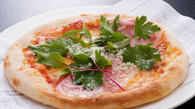 舶来屋黒船 - 料理写真:焼きたてピザの一例