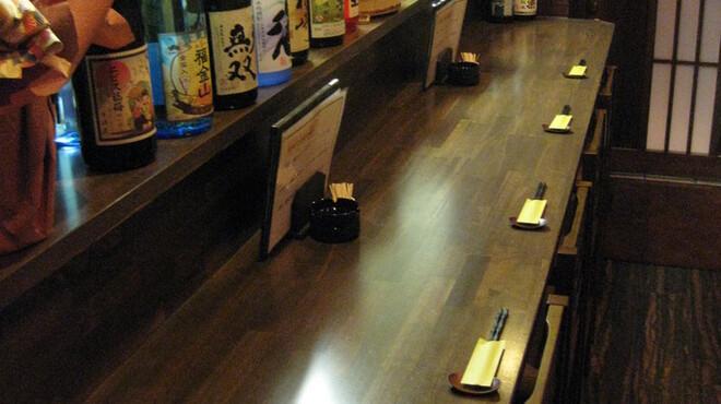 旬菜 さつまの意 - 内観写真:ゆったりとくつろげるカウンター  4席  カップルで