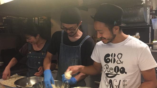 サカナバル - 料理写真:楽しく仕込みチウ~