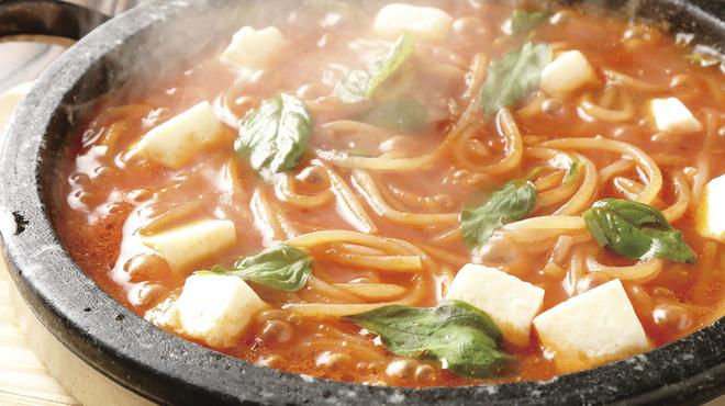 魔法のパスタ - 料理写真:バジルとモッツアレラチーズの石焼トマトソース
