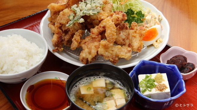 桂茶屋 - 料理写真:小鉢にサラダも付いて満足できる『とり天定食』