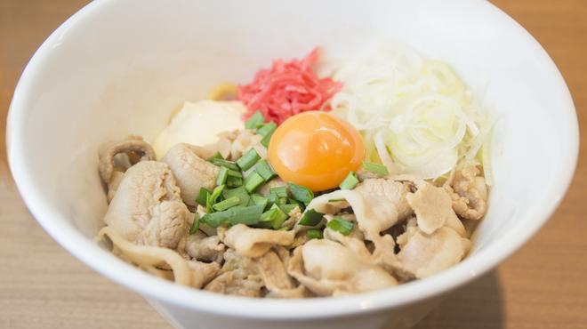 まぜそば凜々亭 - 料理写真:ボリューム満点!牛バラ肉を使用。満腹中枢を刺激するパワフルな一杯。
