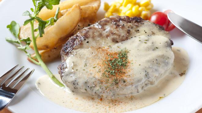 IRIS - 料理写真:チーズとタルタルソースのハンバーグ