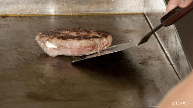 IRIS - 料理写真:なぜアイリスのハンバーグは、こんなにふっくらなのでしょう!?