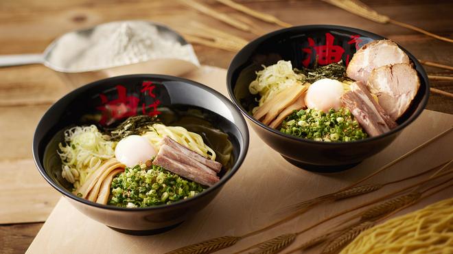 東京油組総本店 - 料理写真:左:油そばトッピングA、右:トッピングB