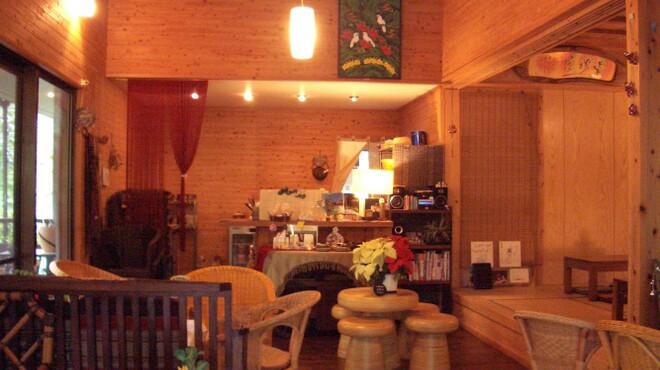Cafe ichara - 内観写真:店内は落ち着いた雰囲気、思わず{ただいま~」