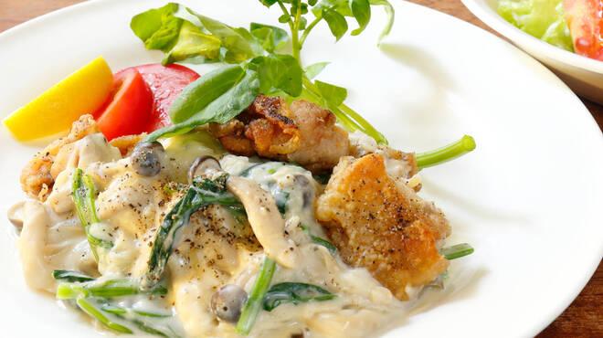 サラダの店サンチョ - 料理写真:期間限定『鶏モモ肉のソテー ホウレン草としめじのソースとサラダ』