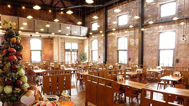 淡路ごちそう館 御食国 - 内観写真:1Fメインホール(レストラン)高い天井の開放感のある店内