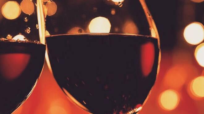 カキ小屋 - ドリンク写真:2017年11月16日、本日解禁‼︎ カキには白ワインが定番ですが 赤も合うんです(^^)。