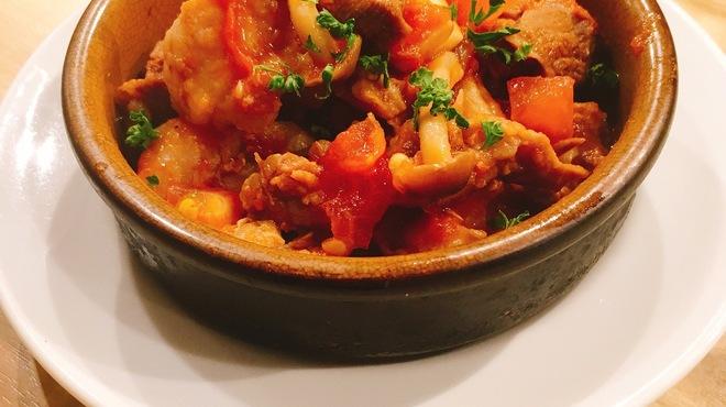 イタリアン&バール アルバータ - 料理写真:牛すじ・ホルモン・きのこのトマト煮込み