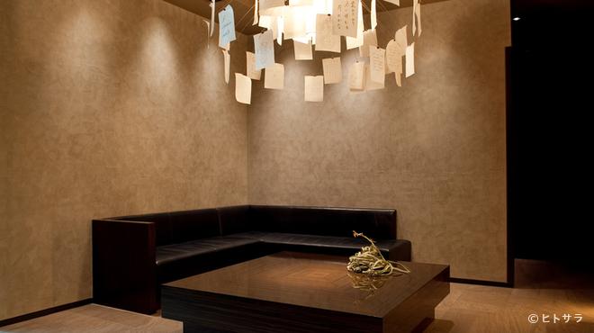 カンテサンス - 内観写真:シンプルさを神髄とする岸田氏の意向が反映された店内