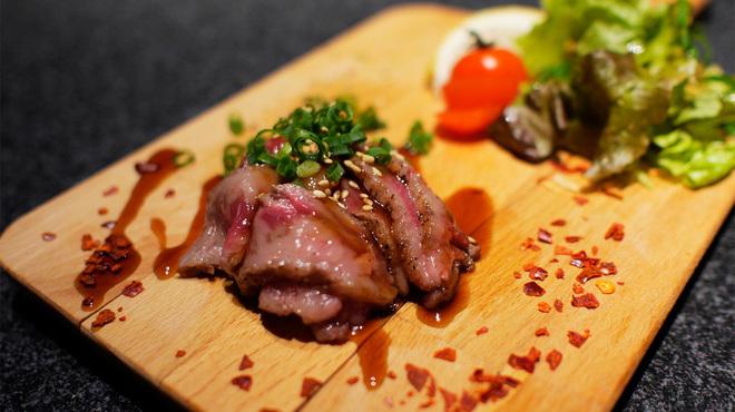 大人の鉄板 Basaro - 料理写真:できたて牛たたき。柔らかい牛肉をさっと炙ったタタキです。