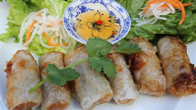 ベトナムちゃん - 料理写真:サイゴン風揚げ春巻。 丁寧に一本一本巻く絶品の揚げ春巻。レタスでなますと揚げ春巻をくるっと巻いてヌクマムのタレでアツアツのうちにどうぞ。