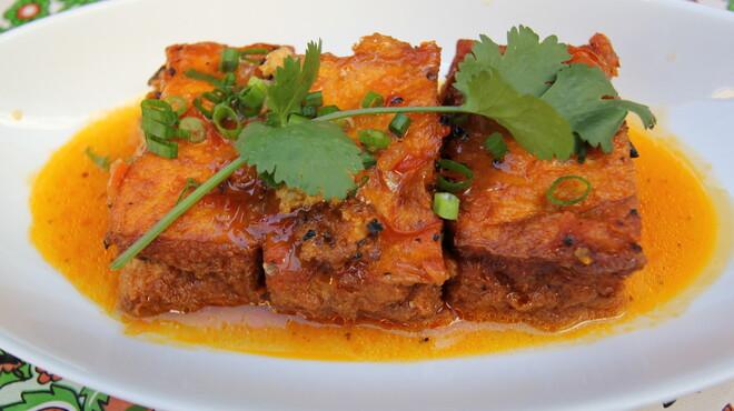 ベトナムちゃん - 料理写真:豆腐の肉詰めトマトソース。ベトナムの家庭料理の大定番。優しい味でベトナムちゃんでも大人気メニューです。