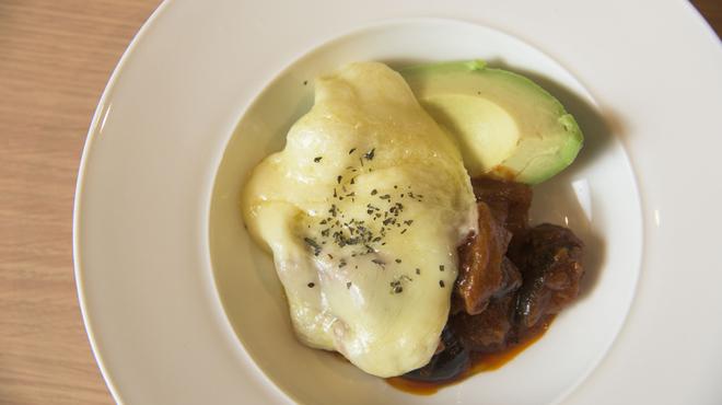 もうやんカレー - 料理写真:アボカドとラタトゥイユのチーズのせ