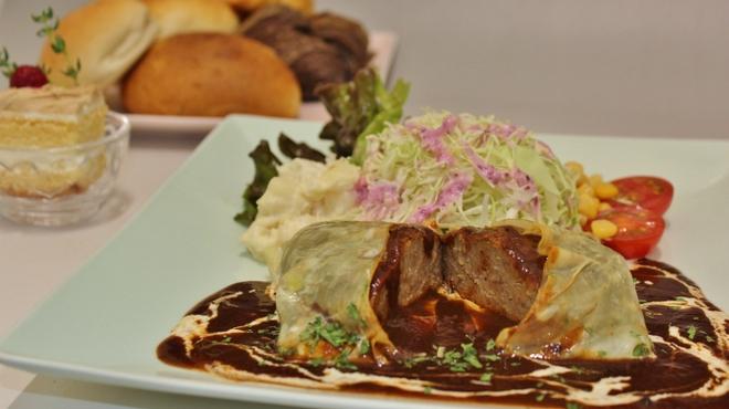 トラットリア ヒューメ - 料理写真:丹波ワインの入ったデミソースでコトコト煮込んだ生湯葉包みハンバーグ