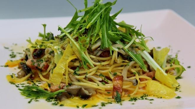 トラットリア ヒューメ - 料理写真:京水菜・丹波しめじ・ベーコンのペペロンチーノ湯葉チップがけ
