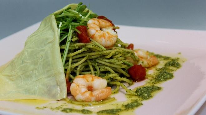 トラットリア ヒューメ - 料理写真:海老と京水菜とトマトのバジルソース生湯葉包み