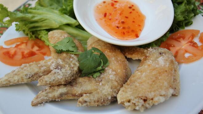 ベトナムちゃん - 料理写真:手羽先のヌックマム揚げ 外はカリカリ中はジューシーな手羽先は自慢のヌクマム風味仕立てです。大人気メニュー。
