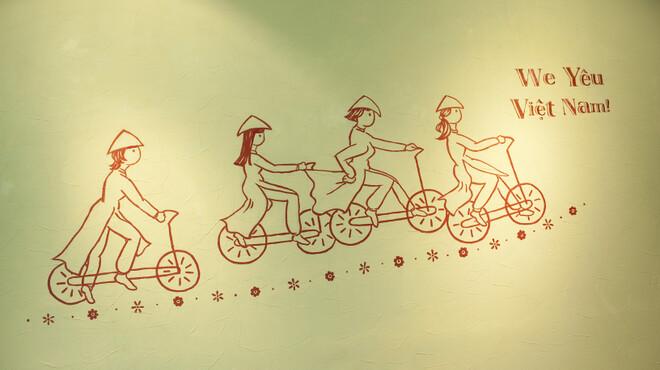 ベトナムちゃん - 内観写真:山由美さんにお店の壁に描いてもらった自転車に乗るアオザイ姿の『ベトナムちゃん』たち。