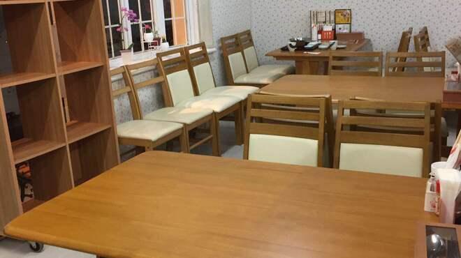 金大来 - 内観写真:テーブル席六つ。カウンター席四つ。