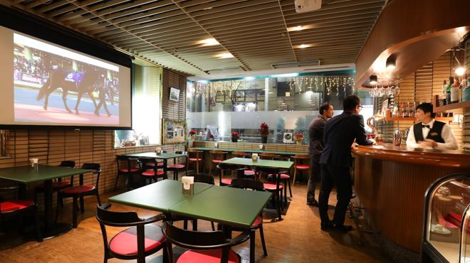カフェ&バー コルト - メイン写真:店内全景