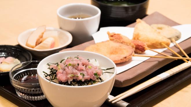 100-001 - 料理写真:11:00〜 ランチタイム限定のサービスランチ ¥700〜 営業中
