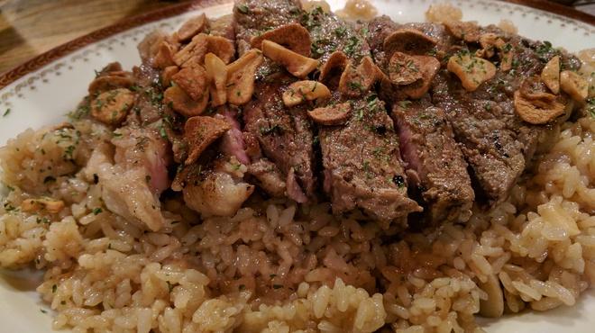 Club HOJU Bar - 料理写真:サーロインステーキ乗せガーリックライス