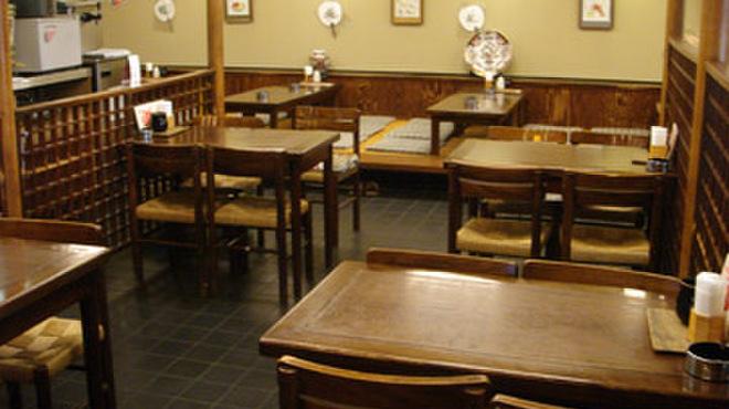 鳥伊勢 - 内観写真:テーブル席