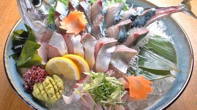 魚樽 - 料理写真:五島産の鯖の活け造り〔時価〕新たに入荷いたしました。新鮮なままでどうぞ
