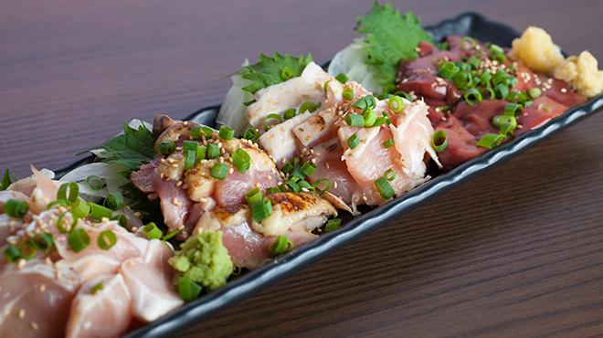 彩波 - メイン写真:宮崎県産赤鶏の刺身4点盛り