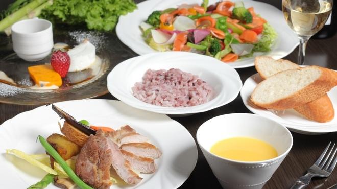 ダイニングカフェ・ボリジでは、那須高原の林のなかで本格イタリアンが味わえるお店。木材を多く取り入れた落ち着いた雰囲気の店内では、地元の旬食材を活かした料理を堪能できる。  お昼は、サラダ・パン付の「鶏もも肉とポテトのオーブン焼き パセリとバルサミコソース」、サラダ付の「パンチェッタといろいろ野菜のペペロンチーノスパゲッティ」が人気。