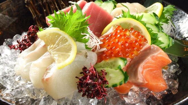 いろいろ - 料理写真:毎日、市場から仕入れる鮮魚!(写真は御造里 盛り合わせ)