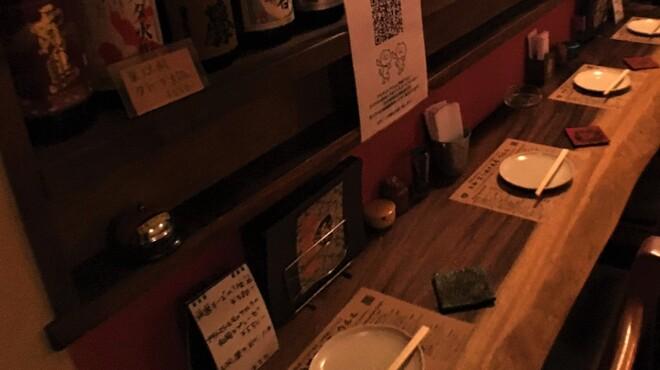 大和 笑う焼き鳥屋 ウルル - 内観写真:ひとりでしっぽりと落ち着いて呑みたい時。大切な人と二人で肩を並べて食事を楽しみたい夜。そんな時はぜひカウンター席で、ごゆっくりと。