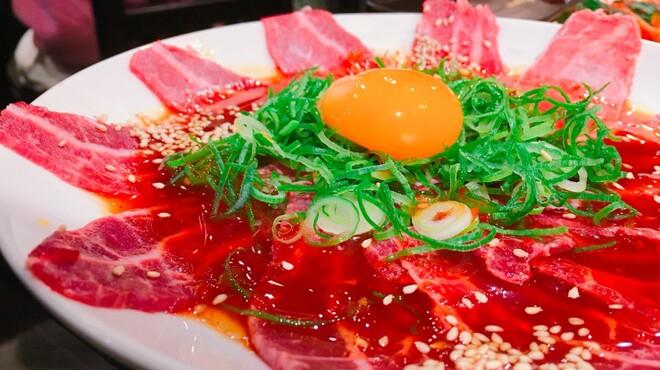 ホルモン大和 - 料理写真:ツラ刺し、タレ(通称ツラタレ)