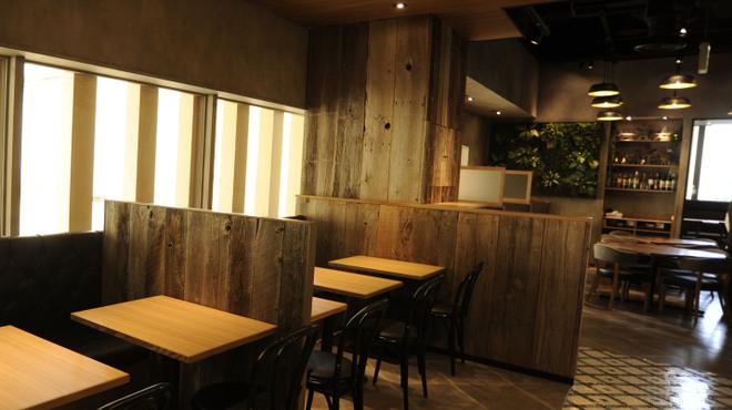 パパイヤリーフ - 内観写真:入口から見た店内、開放的で奥行があります。