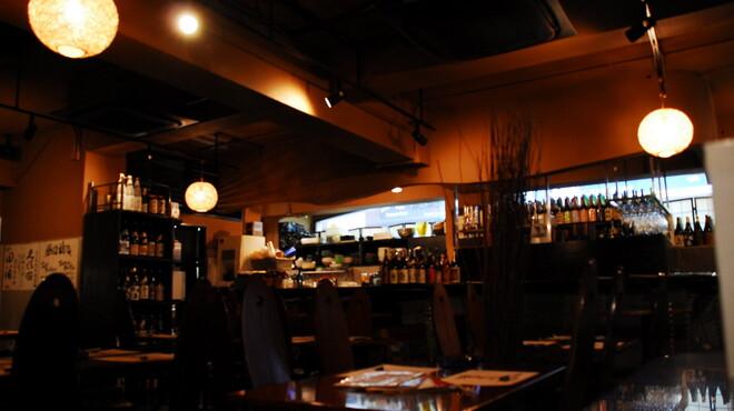 横濱人 - 内観写真:少し暗めな店内