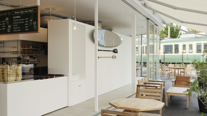 コペン ローカル ベース 鎌倉 - 内観写真:テラスはペットOK。喫煙スペースがあります。
