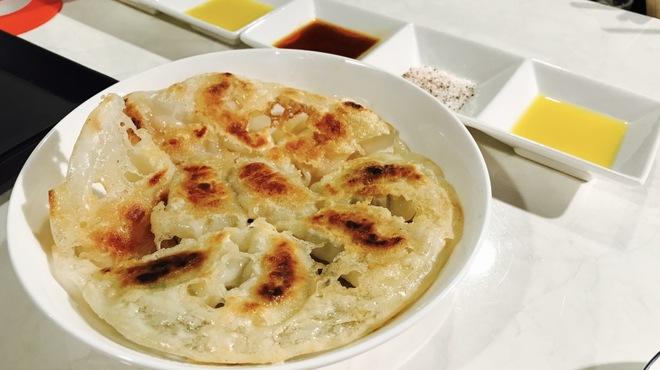 チョーハンの餃子 - 料理写真:餃子のたれ三種しーくわーさー&岩塩ブラックペッパー&ラー油ポン酢