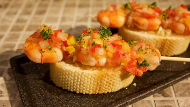 タパスマニア - 料理写真:スペインの名店、ゴイスアルギの鉄板メニュー「エビのブロッチェッタ」を再現!ぷりぷりのエビにさっぱりソースがgood!