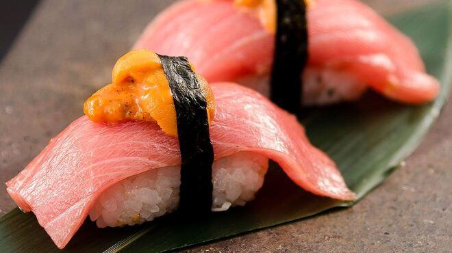 燦 - 料理写真:鷹島生本まぐろと雲丹の握り寿司