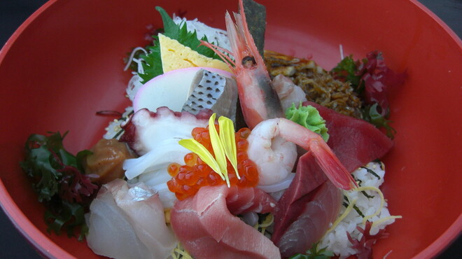 快飛 - 料理写真:旬の地魚などをふんだんに使った 快飛 海鮮丼