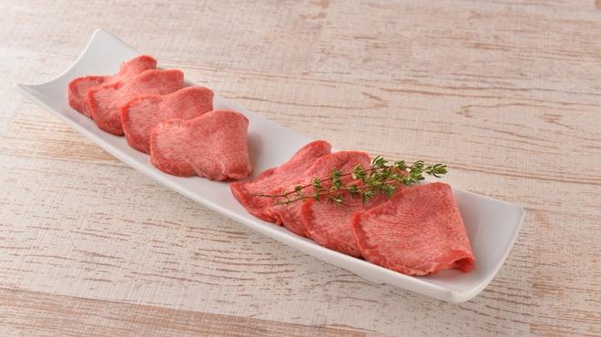 エイジング・ビーフ - 料理写真:熟成タンと上タン塩の食べ比べ