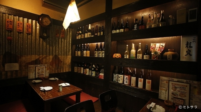 こっこのすけ - 内観写真:棚に注目! 各地の銘酒や厳選焼酎が揃う居酒屋