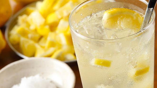 炉とマタギ - ドリンク写真:無農薬レモンを使用した自家製の塩レモンサワー
