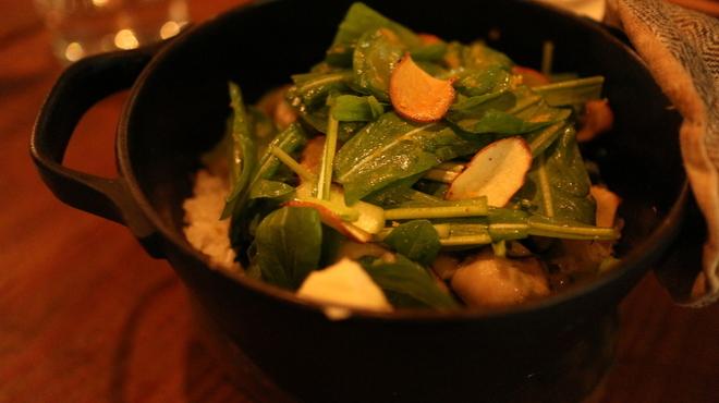 アルルの食堂 urura - 料理写真:南部鉄器の鍋で炊き上げる、季節の炊き込み御飯も魅力。完全無農薬米