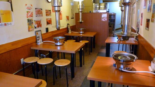 若葉屋 - 内観写真:人数が集まれば2階のテーブル席へ。毎晩遅くまで焼肉をつつきながらの陽気な会話が飛び交う。