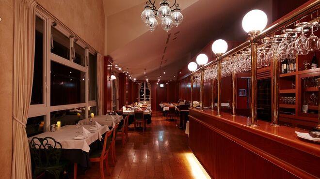 シャトーレストラン ナパ・バレー - 内観写真:夜はしっとりとした雰囲気に