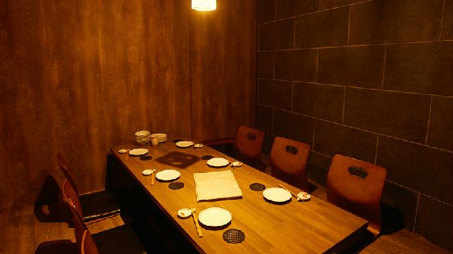 地下だけど入ったら雰囲気が良くて料理人がしっかり食事を作ってお酒もたくさんあって楽しいお店。ごんべえ - メイン写真:
